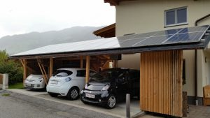 Carport mit PV-Modulen und E-Autos
